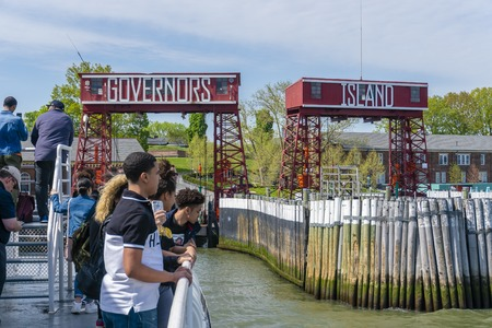 Tourists visiting the Governors Island in New York City Redactioneel