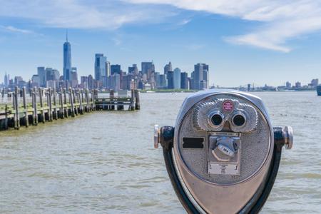 Binoculares de la torre hacia el horizonte de Manhattan en la Ciudad de Nueva York Foto de archivo