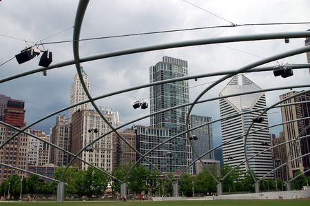 Een uitzicht van de stad Chicago kan worden gezien door de sculpturale lijnen die de Millennium Park Stockfoto