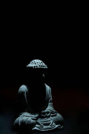 mindfulness: Boeddha Stone Statue (Macro opname met zwarte achtergrond) Stockfoto