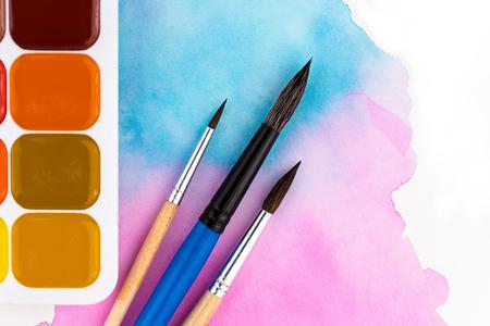 Une palette de peintures à l'aquarelle, pinceaux et papier pour aquarelles avec des taches colorées. Style plat. Banque d'images - 91512832