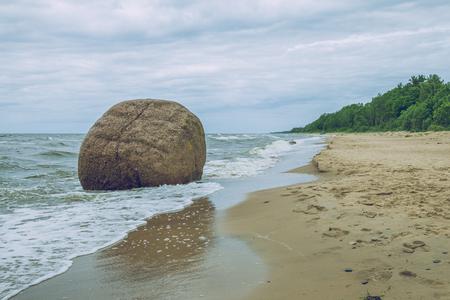 バルト海, ラトビアの大きな岩。2017 写真素材