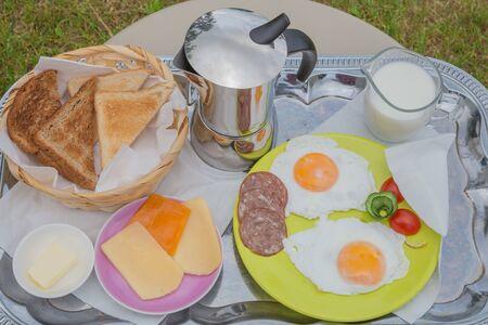 Stadt Amatciems, Lettische Republik. Morgenfrühstück draußen. Spiegelei, Käse und Brot. Reisefoto 14. Jun. 2019 Standard-Bild