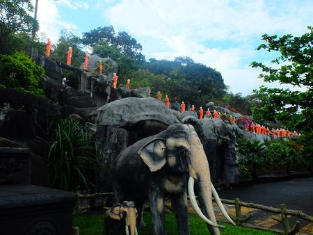 moine: Montagne avec des sculptures de moine