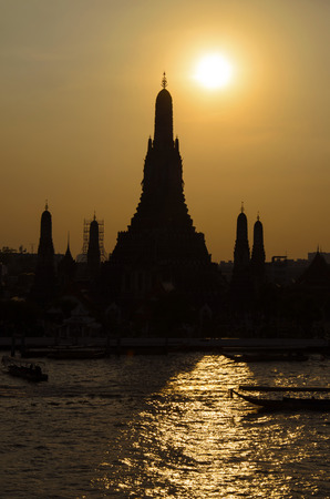 chao phraya river: Wat Arun at sunset with sun?s reflection on the Chao Phraya River in Bangkok, Thailand