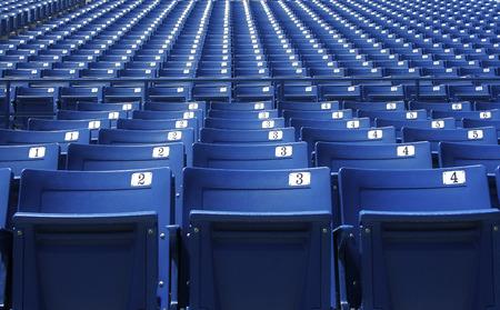 Rij na rij van Blue stadion zitplaatsen en de tribunes