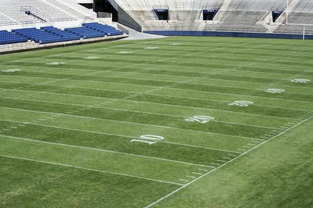 terrain foot: Stade de football am�ricain avec des marques champ sur le champ Banque d'images