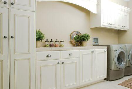 machine � laver: Cabinets �l�gant blanc dans une salle de lavage