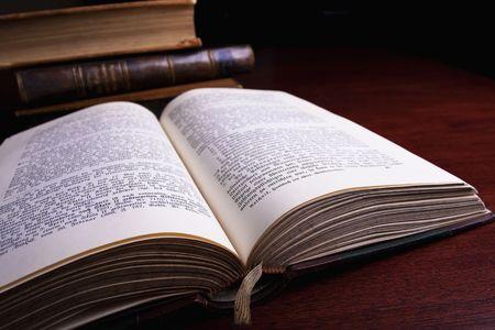 vieux livres: Antiques de vieux livres dans une biblioth�que.