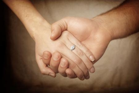 verlobung: close-up View of a neu engaged Couple holding Hands. Das Symbol der Verpflichtung und Hochzeit