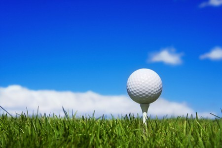 pelota de golf: Pelota de golf en un tee, fondo de golf simple  Foto de archivo