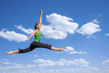 Anmutige springen und Dancing Frau  Standard-Bild