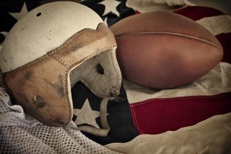uniforme de futbol: Vintage de casco de f�tbol de cuero fondo Foto de archivo