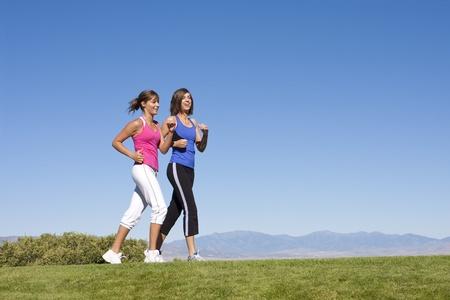caminando: Las mujeres caminando y hablando & ejercicio