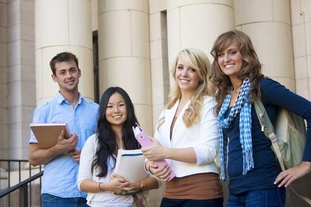 Grupo de estudiantes atractivos Foto de archivo - 9775115