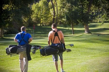 golfing: Golfers lopen op de golfbaan