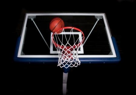 黒の背景にバスケット ボール バスケット 写真素材