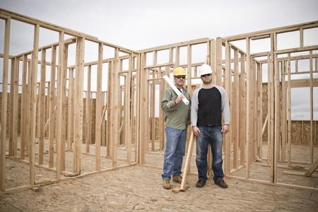 cantieri edili: Appaltatori edificio su un sito di lavoro Wide Angle