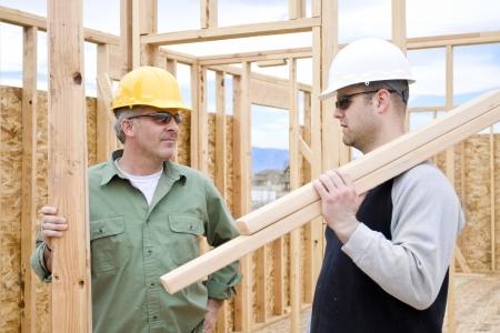 Bouwvakkers aan het werk het bouwen van een huis Stockfoto