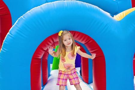 enfant qui joue: Enfant jouant sur un terrain de jeu gonflable