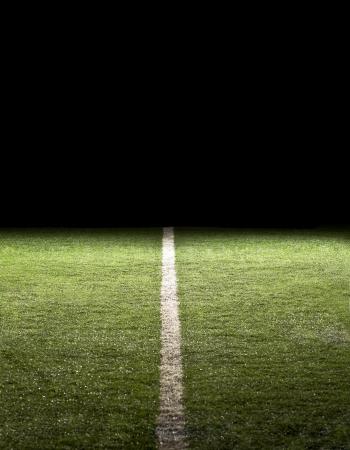 Lijn op een voetbalveld in de nacht