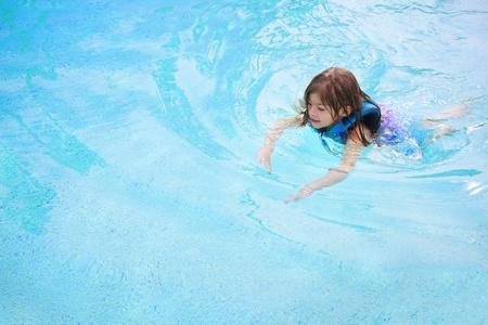 Kinder schwimmen lernen, (viele textfreiraum) Standard-Bild