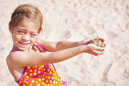 개구리를 잡기 어린 소녀 스톡 콘텐츠