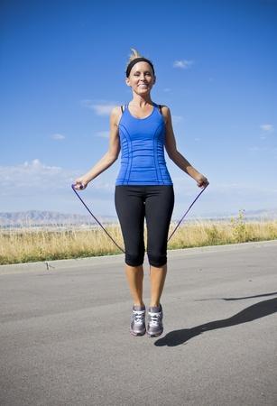 jump rope: Las mujeres atractivas Ejercicio y saltar la cuerda Foto de archivo