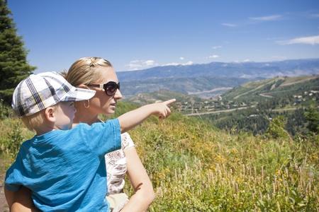 어린이 산에서 가족 하이킹 동안을 가리키는