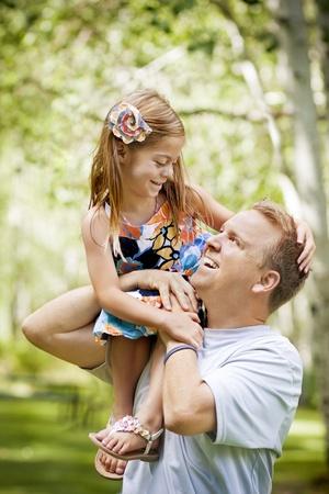 padre e hija: Padre jugando con su peque�a hija hermosa