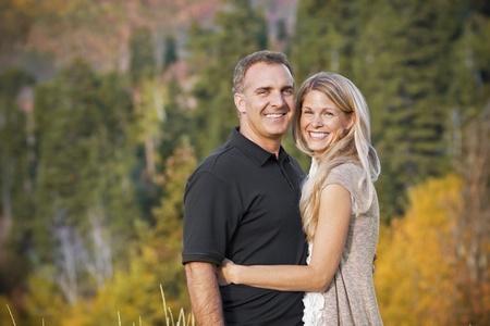 中年のカップルの美しい屋外の肖像画