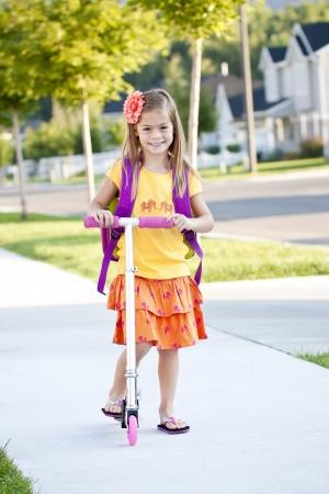 行き: 学校に行くかわいい女の子