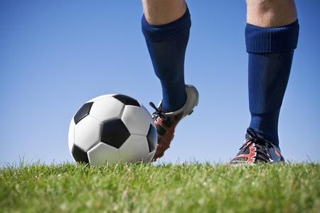 Kicking de voetbal (in de buurt, lage hoek bekeken)