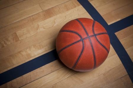 Basketbal op een basketbalveld Stockfoto