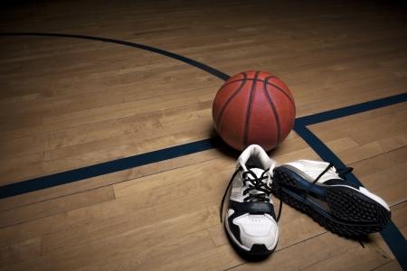 terrain de basket: Cour de basket-ball avec le ballon et les chaussures Banque d'images
