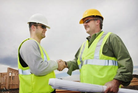Twee professionals in de bouw Handen Schudden op de werf