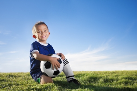 ni�os latinos: Joven jugador de f�tbol hispano sonriendo