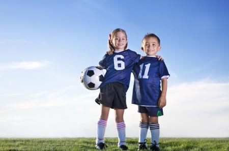 Los jugadores jóvenes de fútbol en un equipo