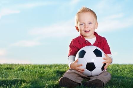pelota de futbol: Ni�o peque�o lindo y su bal�n de f�tbol