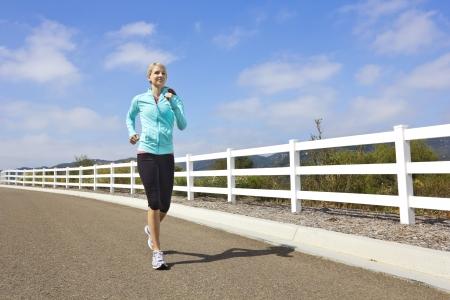 female jogger: Jogger Mujer corriendo al aire libre Muchos de espacio de la copia Foto de archivo