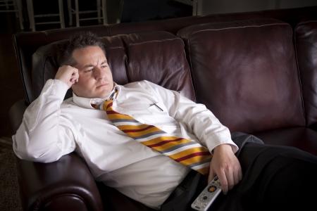 sedentario: Hombre perezoso viendo la televisión en casa