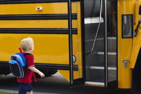 아이가 학교 버스에 올라 스톡 콘텐츠