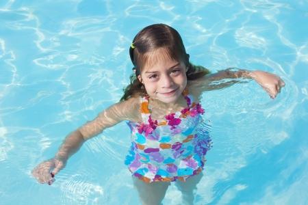 Schattig klein meisje in een zwembad Stockfoto - 15797144