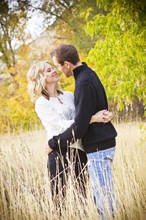 besos apasionados: Hermosa pareja compartir un beso