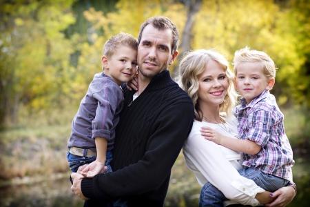familia abrazo: Familia joven hermosa del retrato con colores de oto�o