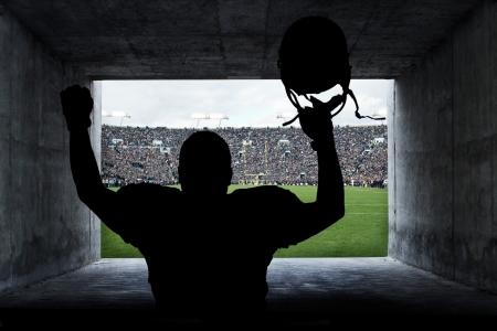 tunel: Jugador de fútbol corriendo del túnel del estadio Foto de archivo