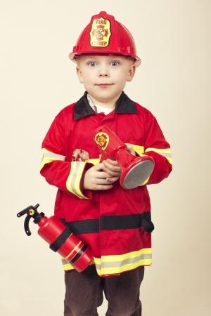 Leuke Jonge Jongen in een Brandweerman s Costume