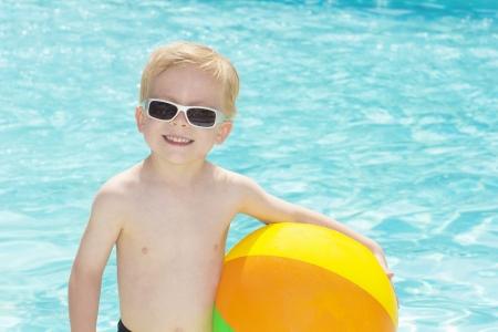 Little Boy Playing at the Pool 版權商用圖片 - 19385308