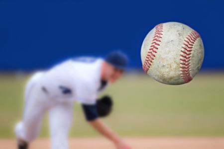 Baseball Pitcher Throwing bal, selectieve aandacht Stockfoto - 21194356