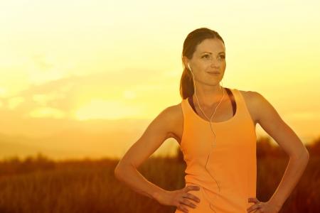 female jogger: Jogger Mujer al atardecer Foto de archivo